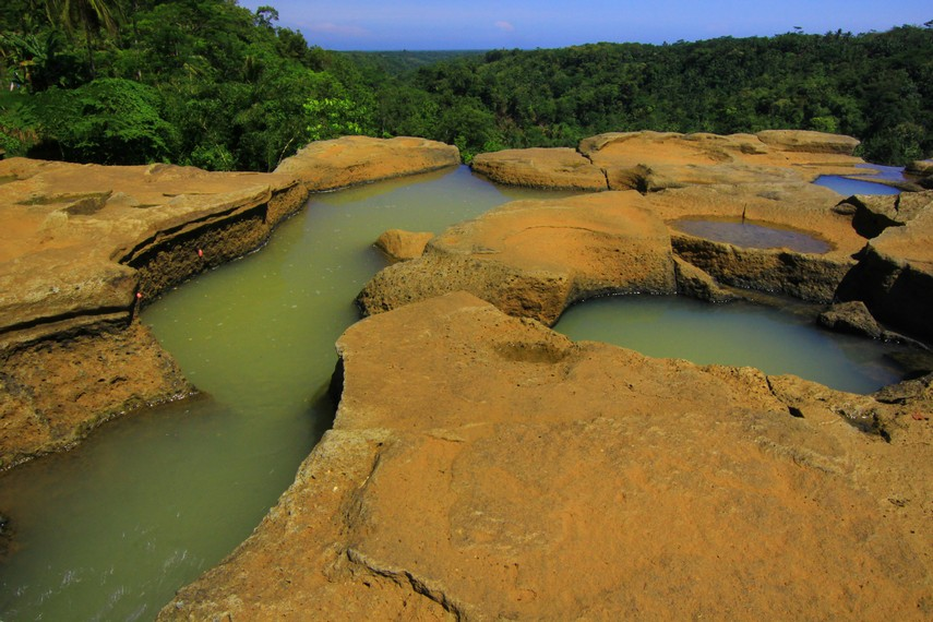 Curug Luhur berasal dari bahasa Sunda yang berarti air terjun atas