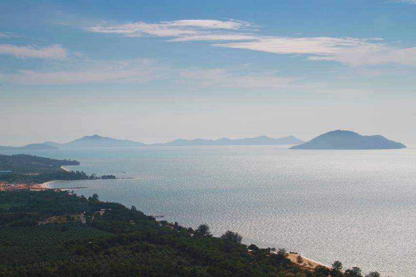 Paduan pemandangan yang indah dengan pantai yang memiliki air bersih menjadi daya tarik kawasan Sinka Island Park