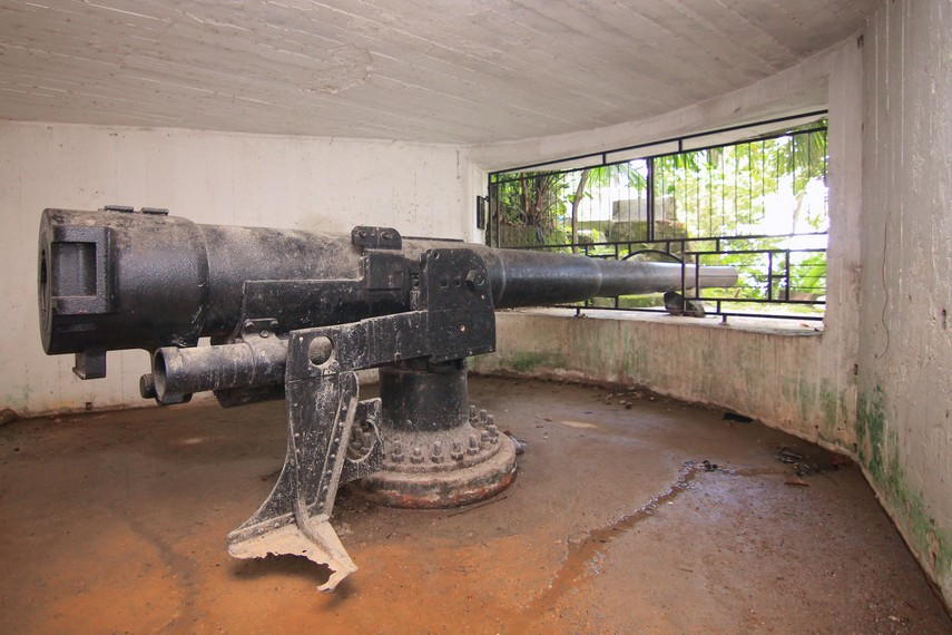 Salah satu bunker masih memiliki sebuah meriam yang memiliki panjang laras sekitar empat meter