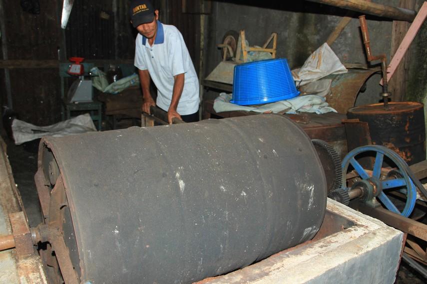 Proses penggorengan kopi robusta Pagaralam masih menggunakan peralatan tradisional