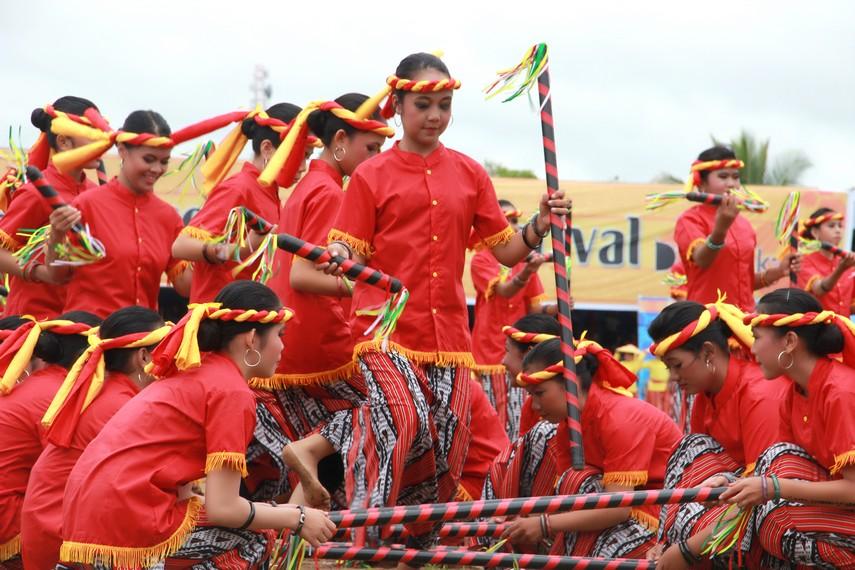 Festival Erau dimeriahkan dengan aneka kesenian, upacara adat dan lomba olahraga ketangkasan tradisional