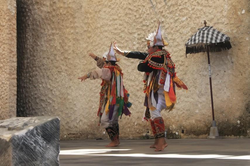 Penari baris menggunakan kostum berwarna-warni, menjuntai ke bawah, dan bertumpu pada bagian pundak