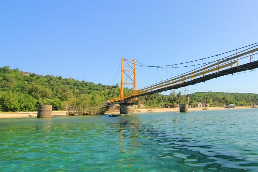 Jembatan yang menghubungkan Nusa Lembongan dengan Nusa Ceningan