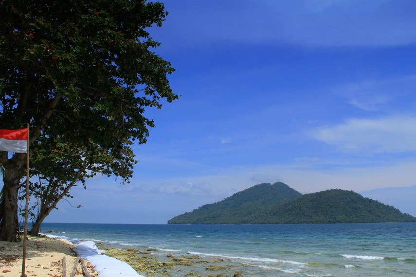 Perjalanan dari Pontianak menuju Teluk Suak dapat ditempuh dalam waktu 2,5 jam dengan jarak sekitar 115 km