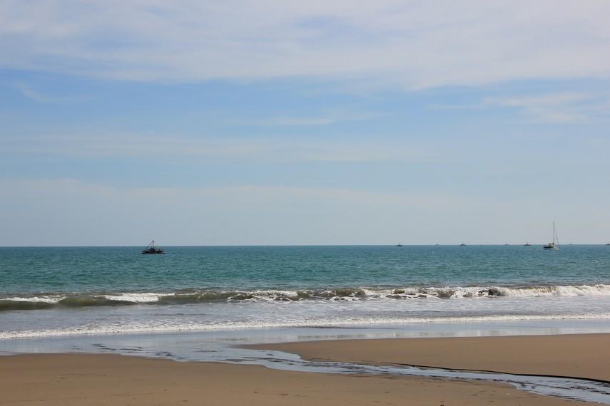 Hamparan pasir yang luas menjadi sajian yang menarik di Pantai Citepus