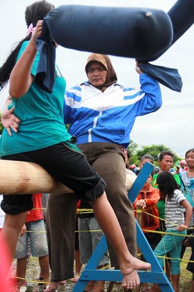 Pemenang setiap babak ditentukan dari kemampuan menumbangkan lawan dari atas batang kayu