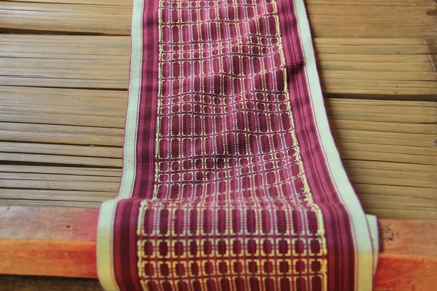 Semakin besar dan rumit maka proses pembuatan kain tenun bisa berlangsung hingga satu bulan lebih