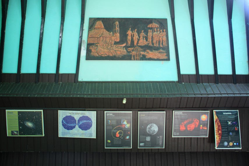 Memasuki ruangan dalam Tugu Khatulistiwa, pengunjung akan melihat foto-foto terpajang di dinding bangunan foto ini berasal dari era 1930an hingga saat ini