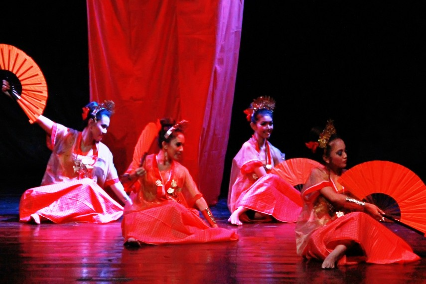 Dalam panggung kontemporer, jumlah penari pakarena disesuaikan dengan besar kecilnya panggung