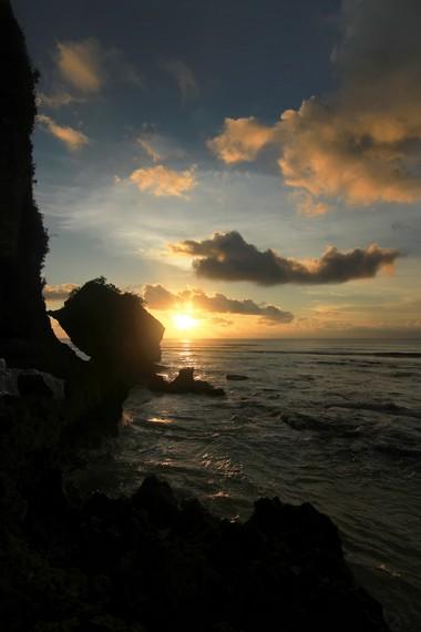 Panorama matahari terbenam dari sisi utara Pantai Padang-padang