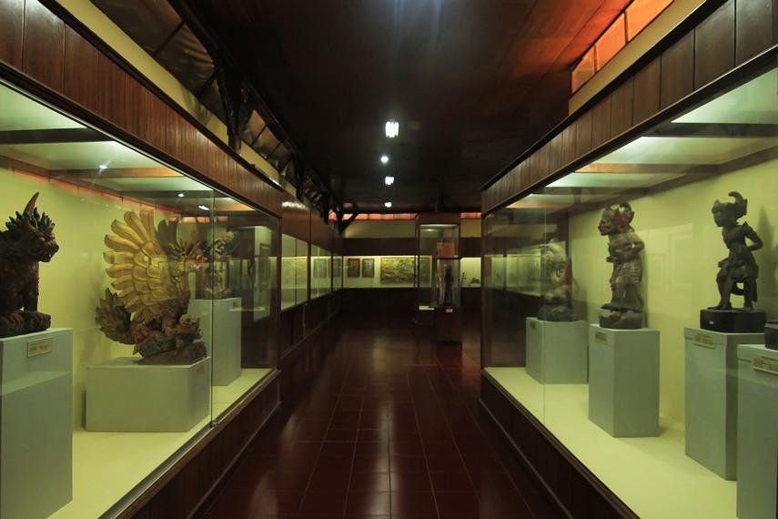 Koleksi-koleksi yang dipamerkan di Gedung Timur ditata berdasarkan periodisasi waktu sejak zaman prasejarah hingga zaman modern