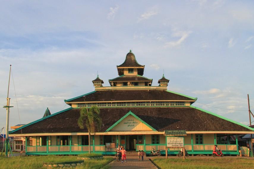 Untuk dapat menginjakan kaki di masjid ini, pengunjung dapat menempuh jalur laut menggunakan sampan maupun speedboat