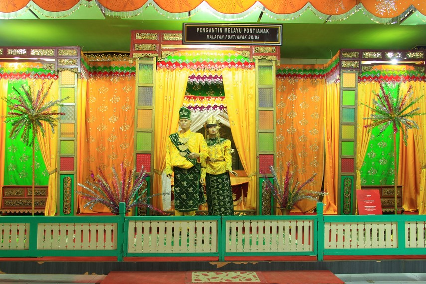 Memasuki ruangan dalam museum, nuansa budaya melayu dayak begitu terasa mulai dari ornamen-ornamen khas seperti baju adat pernikahan Dayak