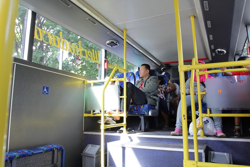 Dari atas bus wisata ini penumpang dapat melihat jalur wisata yang ada di Kota Solo