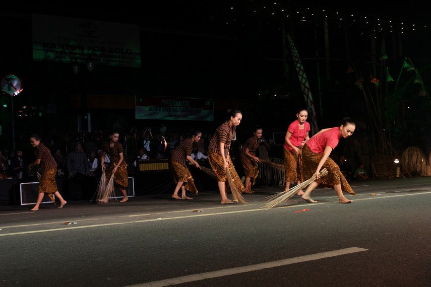 Penggambaran aktivitas rakyat ini digambarkan dalam koreografi tarian rakyat dan tarian jalanan