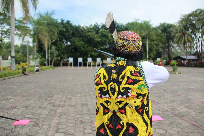 Seorang peserta lomba sumpit sedang berusaha mencari sasaran dalam festival Erau
