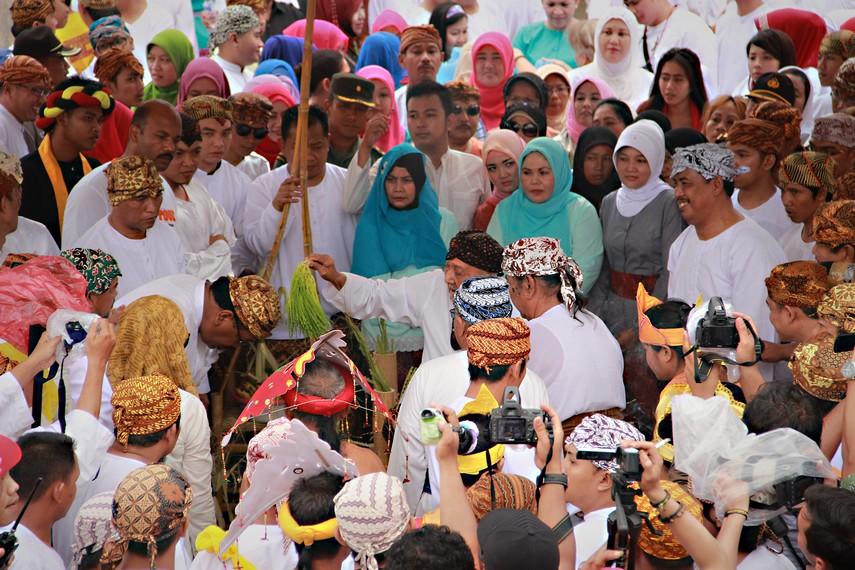 Prosesi rangga titi, yaitu Sultan memercikkan air dari Kutai Lama kepada para hadirin yang menandai dimulainya belimbur