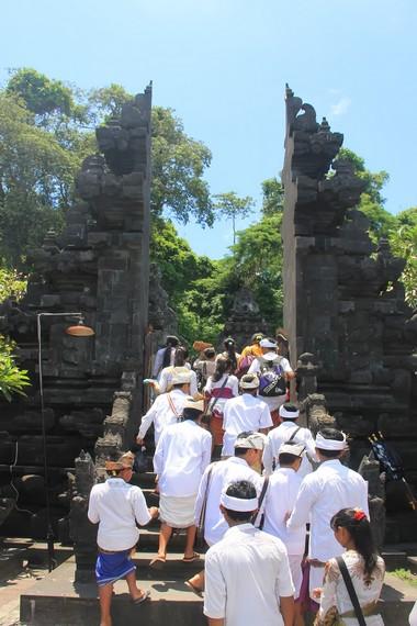 Gua Lawah menjadi persinggahan rombongan upacara Ngaben sebelum ke Pura Besakih