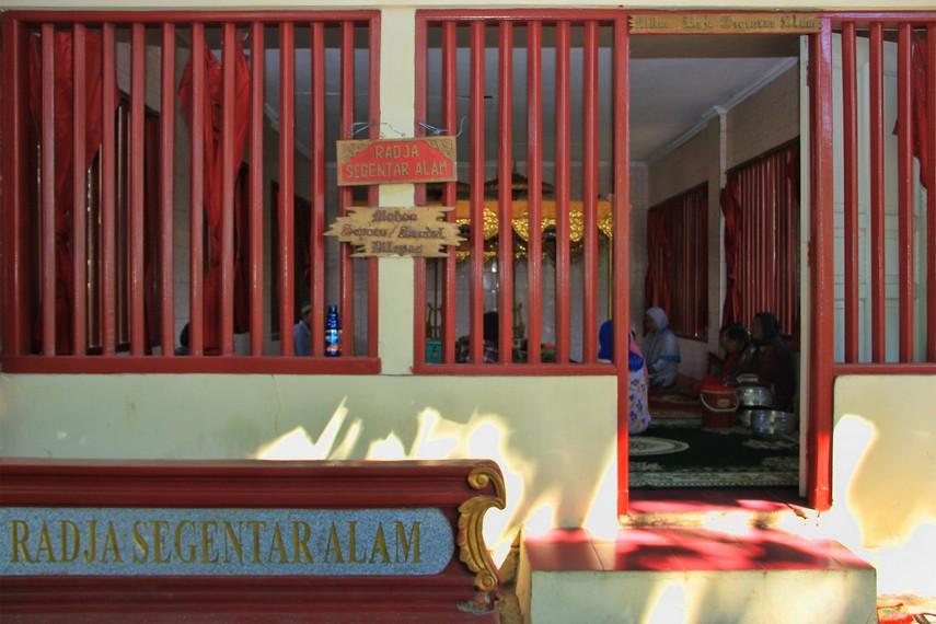 Makam Radja Segentar Alam, yang dianggap sosok perkasa keturunan Iskandar Zulkarnain