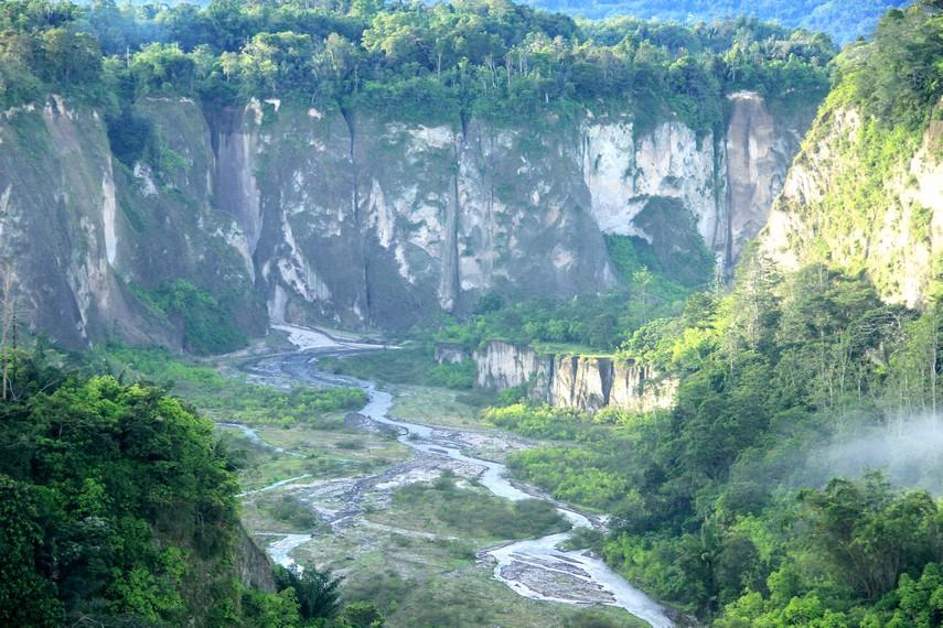 Ngarai Sianok berkedalaman 100 meter dan lebar 200 meter, terbentuk akibat turunnya lempengan bumi