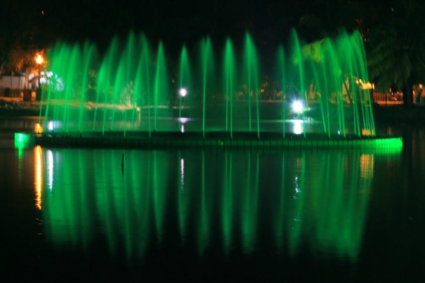 Keindahan air pancur yang bisa disaksikan pada malam hari di danau Taman Kambang Iwak