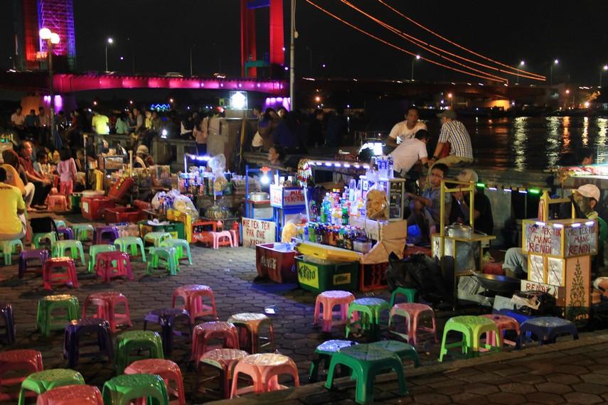 Pasar Malam Sungai Musi berlokasi di Plaza Benteng Kuto Besak, Palembang, Sumatera Selatan