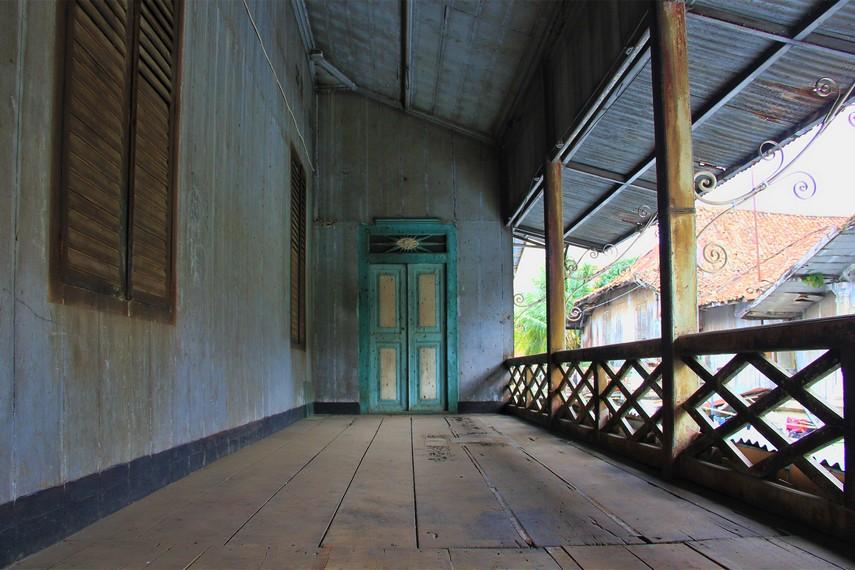 Meski pondasi bangunan rumah masih kokoh, namun di beberapa bagiannya sudah mulai lapuk termakan usia