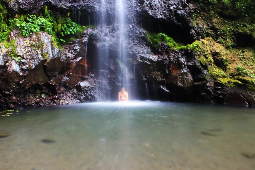 Tepat di bawah pancuran air curug, terdapat kolam alami yang luas dengan kedalaman 1 hingga 5 meter