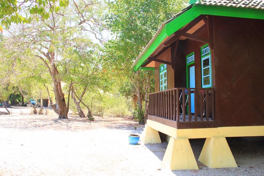 Pantai Bama juga dilengkapi dengan beberapa fasilitas penunjang wisata, seperti penginapan dengan pemandangan pantai