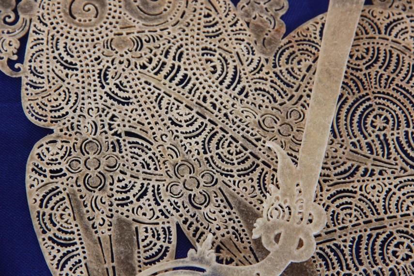 Wayang kulit figur para raja dan dewa melalui tahap menatah yang rumit karena figur tersebut dilengkapi oleh banyak aksesoris