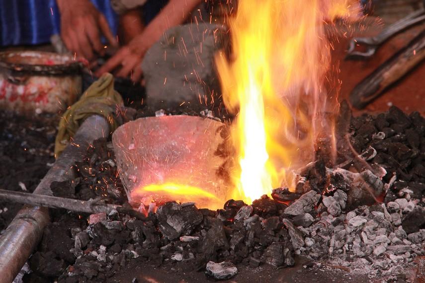 Kowi dipanaskan untuk proses peleburan bahan baku pembuatan gamelan