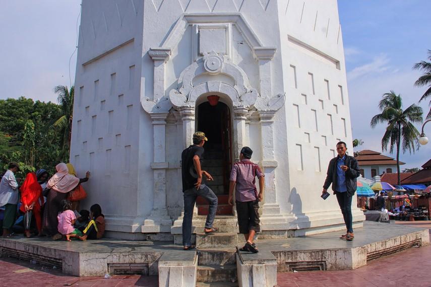 Masjid Agung Banten memiliki menara dengan tinggi 24 meter yang terletak di sisi timur masjid