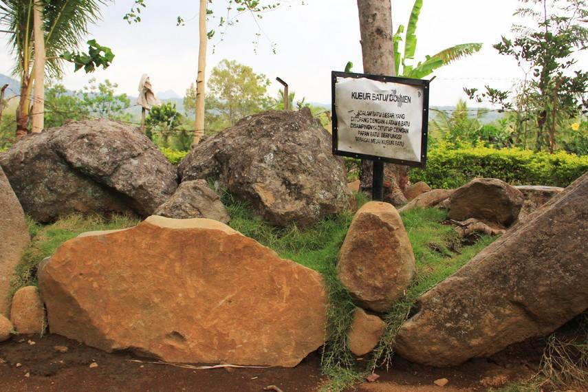 Di Situs Duplang juga terdapat kubur batu atau dolmen yang terdiri dari batu besar yang ditopang oleh 4-6 batu pada sisi-sisinya