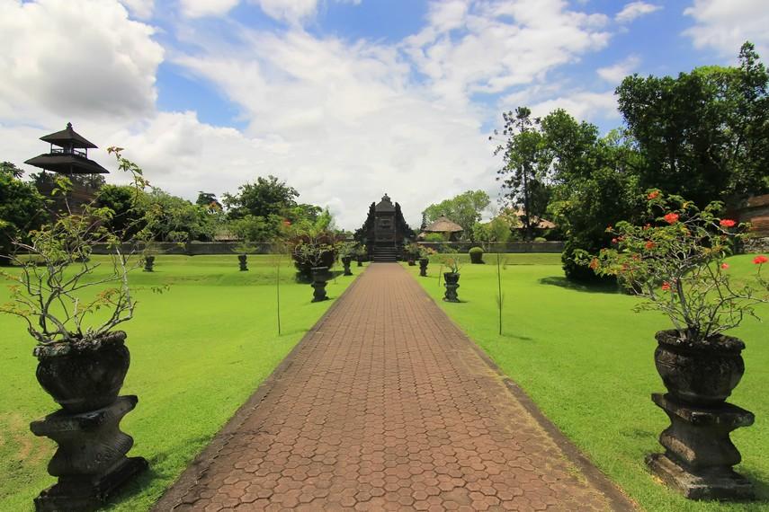 Jalan setapak menuju halaman tengah (jaba tengah) dari Pura Taman Ayun