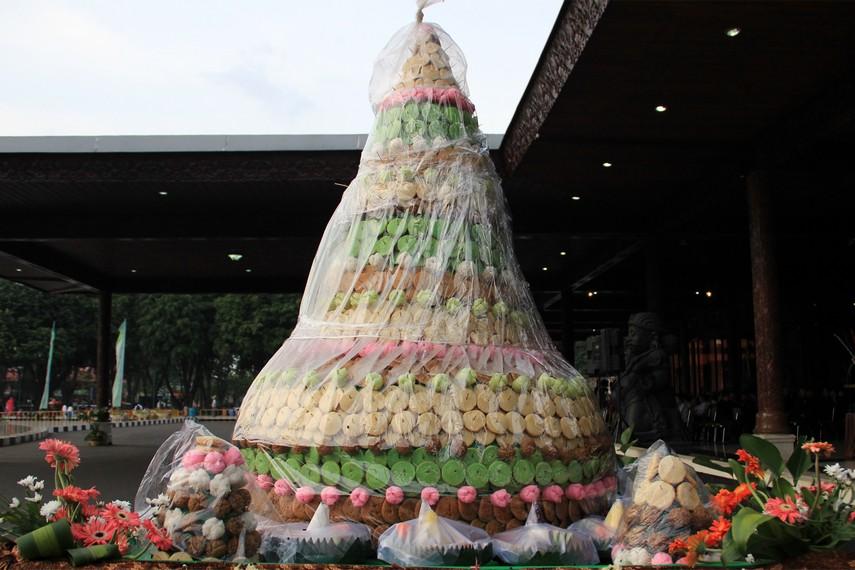 Salah satu jenis gunungan berupa kue-kue yang siap diperebutkan masyarakat