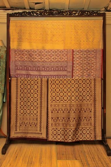 Ciri khas kain songket Palembang adalah penggunaan benang jantung, yaitu benang emas yang direproduksi dari kain songket lama