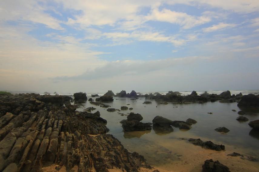 Percikan air laut  menjadi salah satu daya tarik utama di Pantai Karang Songsong