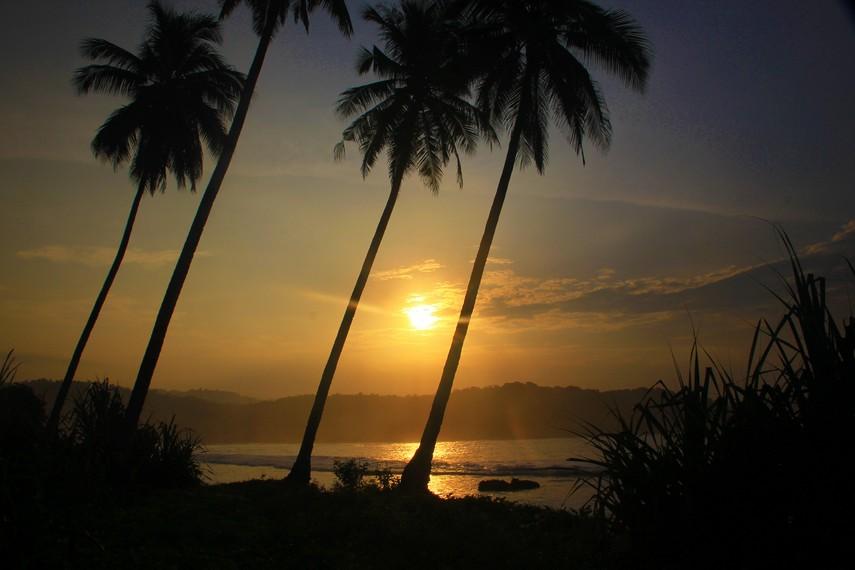 Menyaksikan matahari terbit di Pantai Karang Bereum menjadi aktivitas menyenangkan di pagi hari