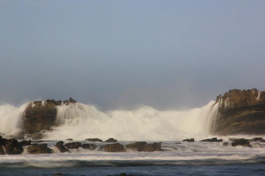 Gulungan ombak besar khas pesisir selatan Jawa menjadi salah satu sajian di Karang Taraje