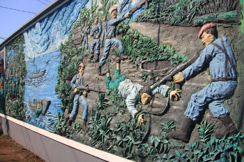 Relief yang terletak dibagian belakang menceritakan perjuangan Wolter Monginsidi dan Pierre Tendean melawan penjajahan