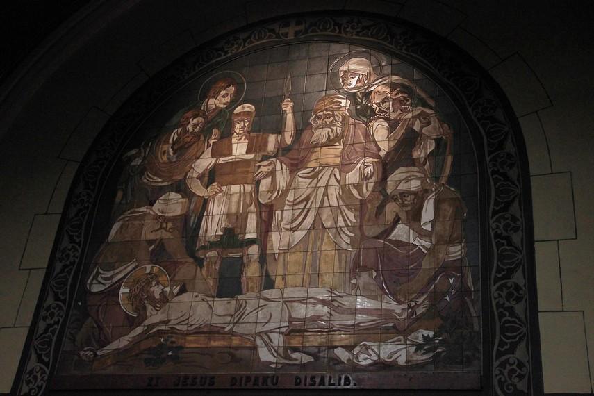 Salah satu lukisan kaca yang menceritakan proses Yesus Kristus ketika disalib