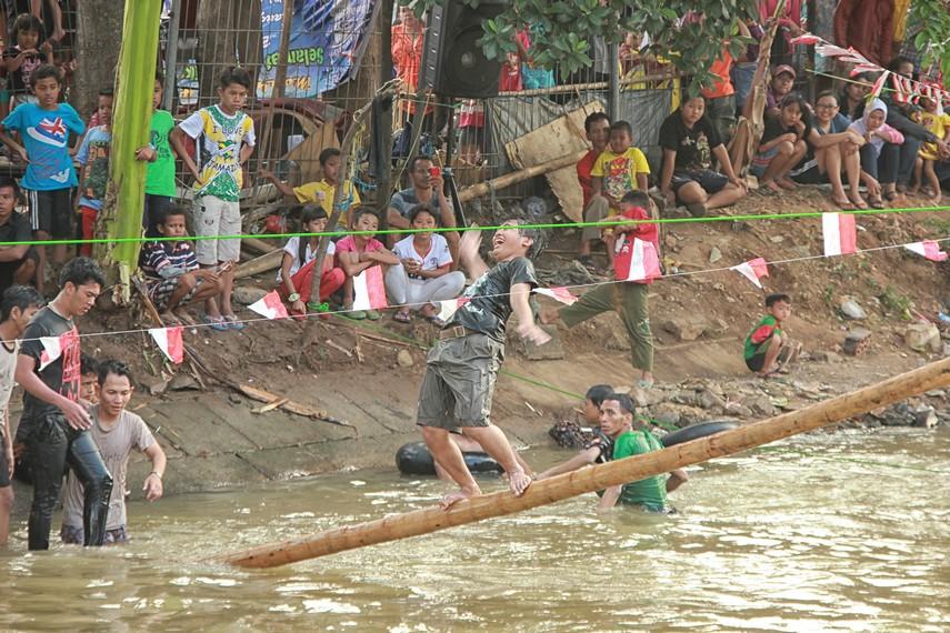 Lomba panjat pinang kerap dilaksanakan di daerah Kalimalang, Jakarta, setiap perayaan HUT kemerdekaan RI