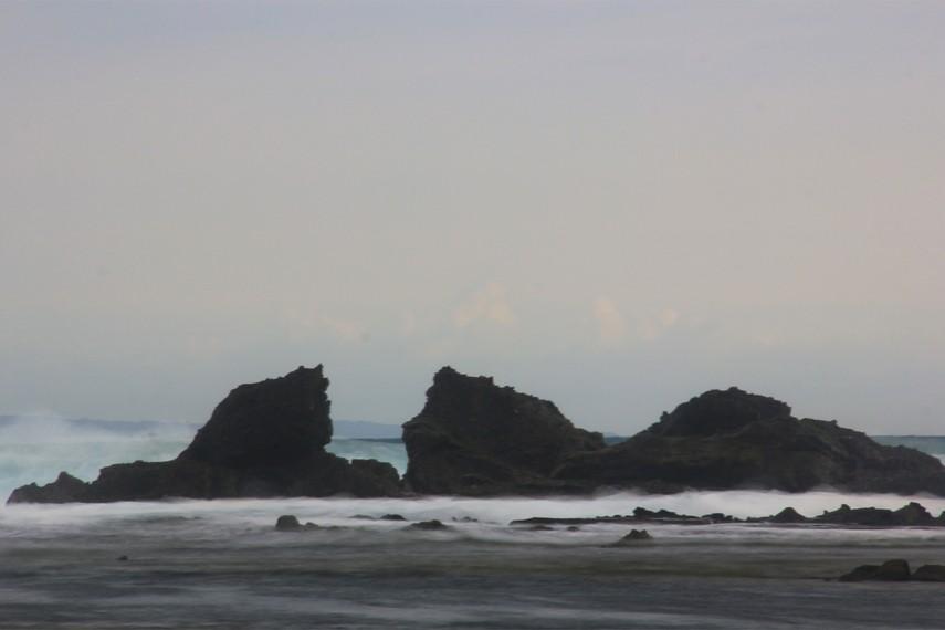 Pantai Tanjung Layar dapat menjadi alternatif bagi pengunjung untuk menikmati pantai dengan sunset yang indah