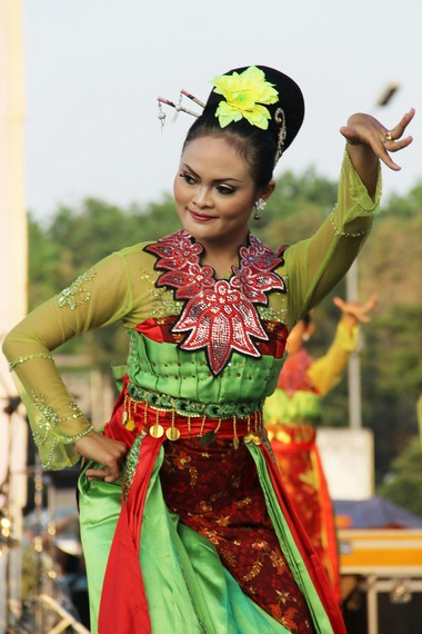 Sementara bagian kepala dibuat konde dengan hiasan bunga yang memperkental pengaruh Tiongkok dalam busana para penari
