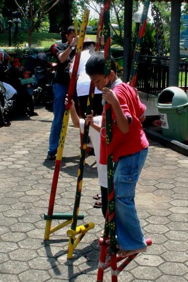 Jika di Jawa Timur disebut egrang, masyarakat Lampung Selatan menyebutnya enggrang, sedangkan di Jawa Tengah disebut jejangkungan