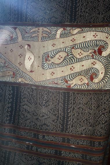 Karena pengerjaannya yang rumit dan detail, kain tapis sulam umumnya dihargai jauh lebih tinggi dari kain tapis bordir