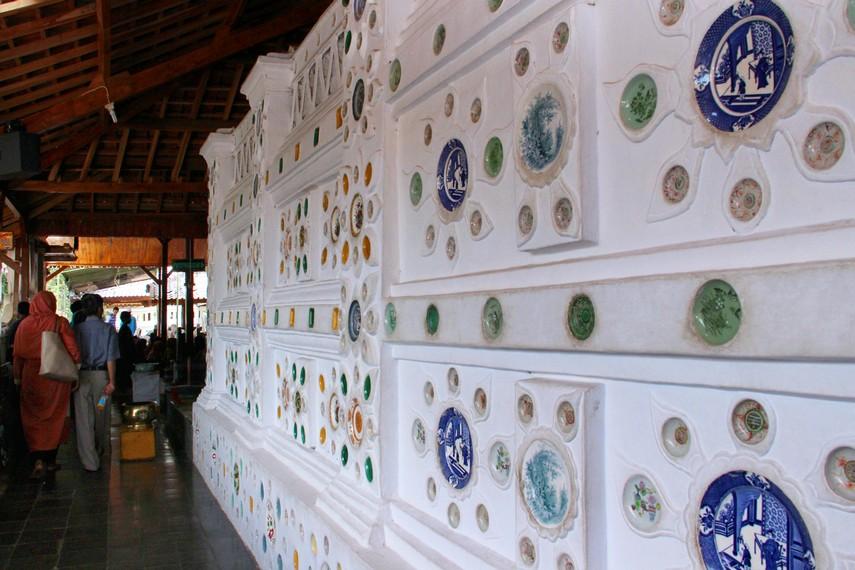 Keramik bergaya Cina dan Arab banyak menghiasi dinding di area Kompleks Sunan Gunung Jati