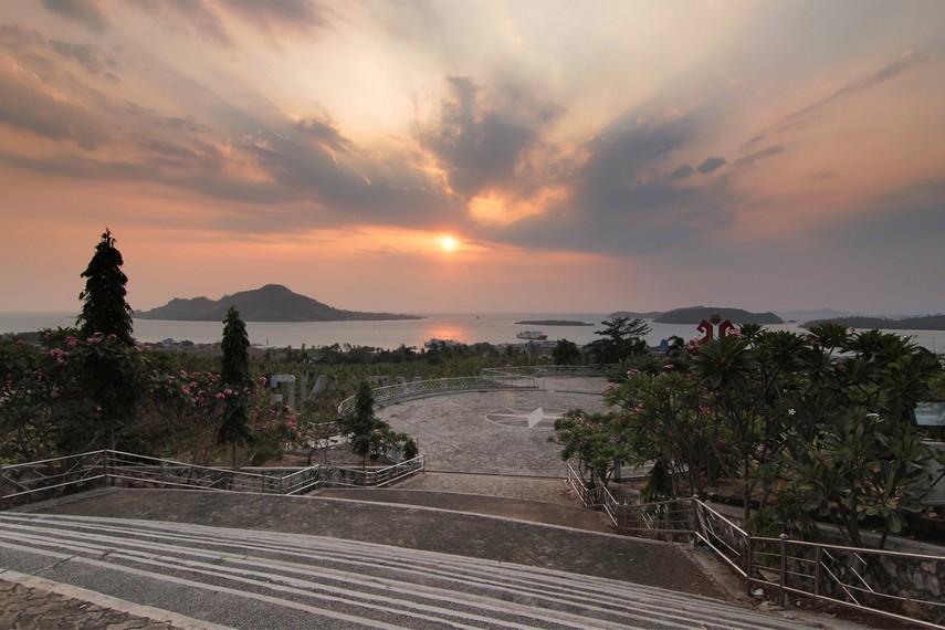 Ketika menyeberangi Selat Sunda, Menara Siger menjadi pertanda kita telah tiba di sisi paling selatan Sumatera