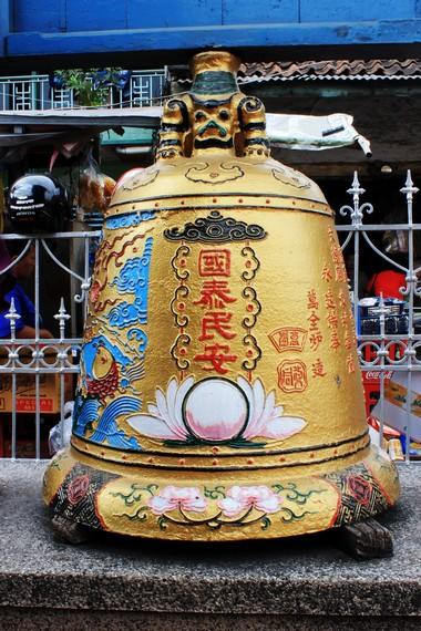 Lonceng yang terdapat di halaman klenteng. lonceng ini dibuat di Cina pada tahun 1835