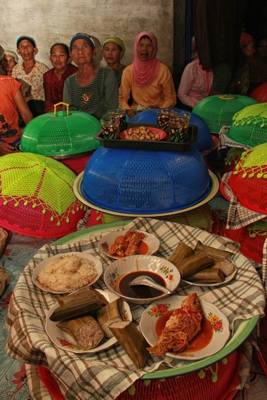 Makanan-makanan yang dibagikan kepada warga terdiri dari lepet, gula aren cair, ikan, ketan, dan ayam